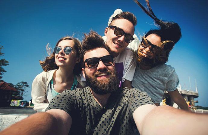 Freunde machen zusammen ein Selfie.